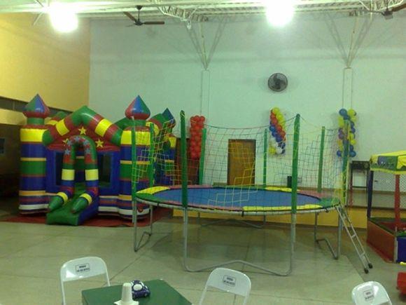 Locação de Brinquedos para festa infantil - castelo pula-pula e cama elástica de 3,80m
