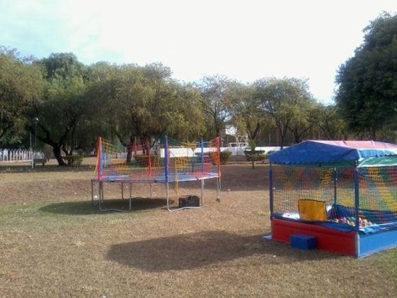 Locação de Brinquedos para festa infantil - cama elástica gr. e piscina de bolinha