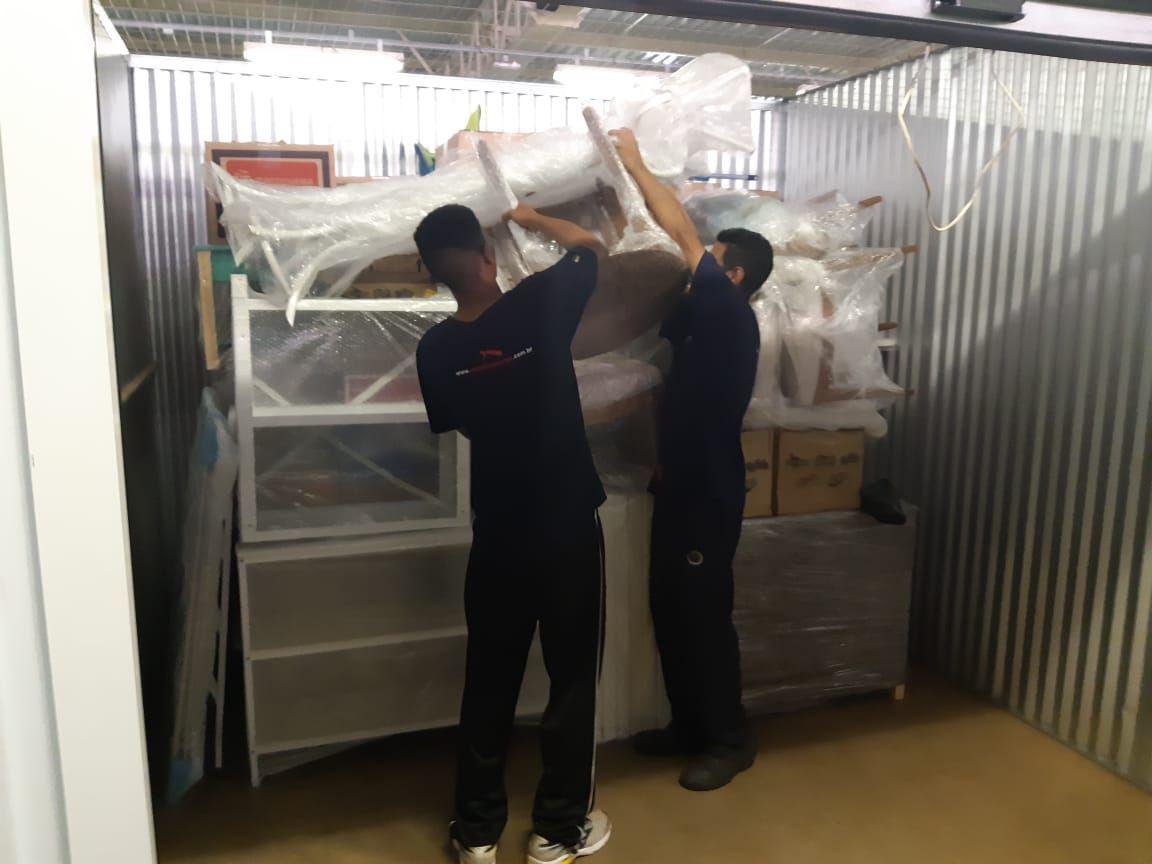 equipe estocando móveis