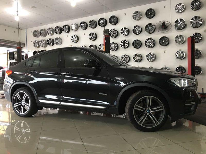 BMW X4 customizado as rodas e pneus