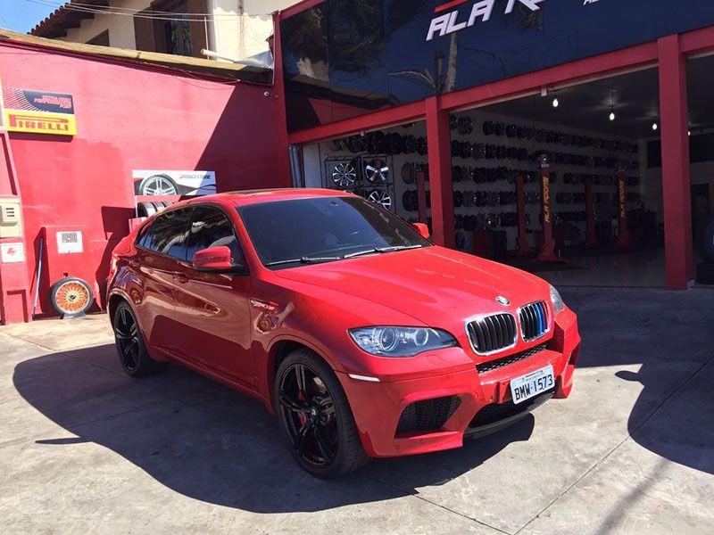 BMW X6 personalizado com rodas e pneus